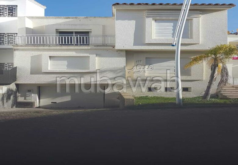 Fabulous house for sale in Du Golf. 6 Surgery. Parking spaces and beautiful garden.