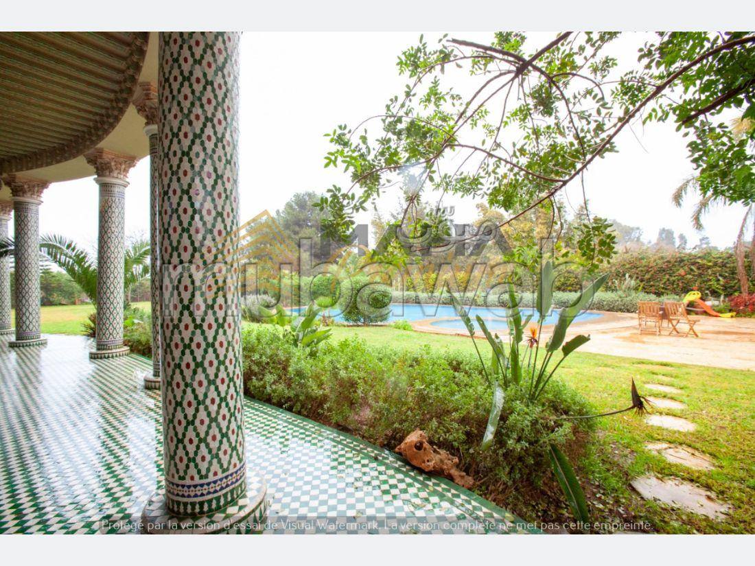 فيلا جميلة للبيع بحي كاليفورنيا. 8 غرف جميلة. مكان وقوف السيارات وشرفة.