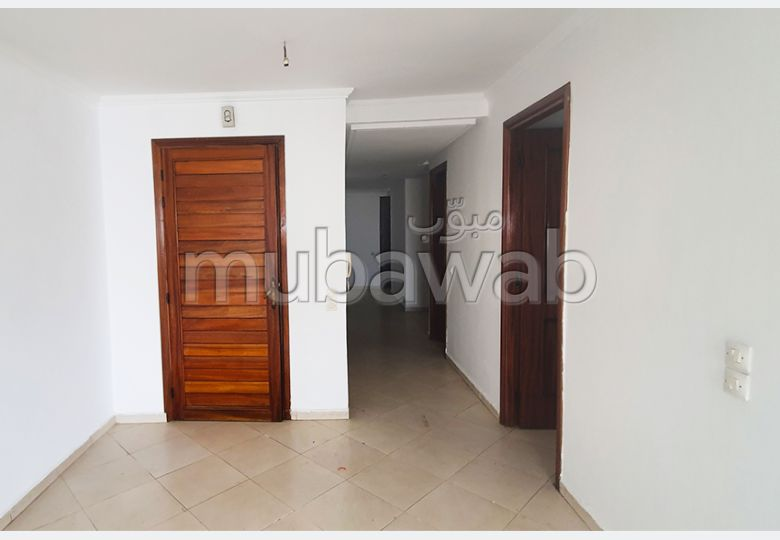 Se alquila este piso en Centre. Pequeña superficie 105.0 m². Plazas de aparcamiento.