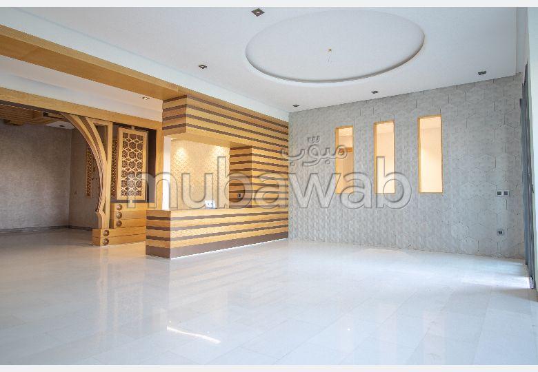 Encuentra un piso en alquiler en Riyad. 4 Pequeña habitación. Jardín privado, trastero.
