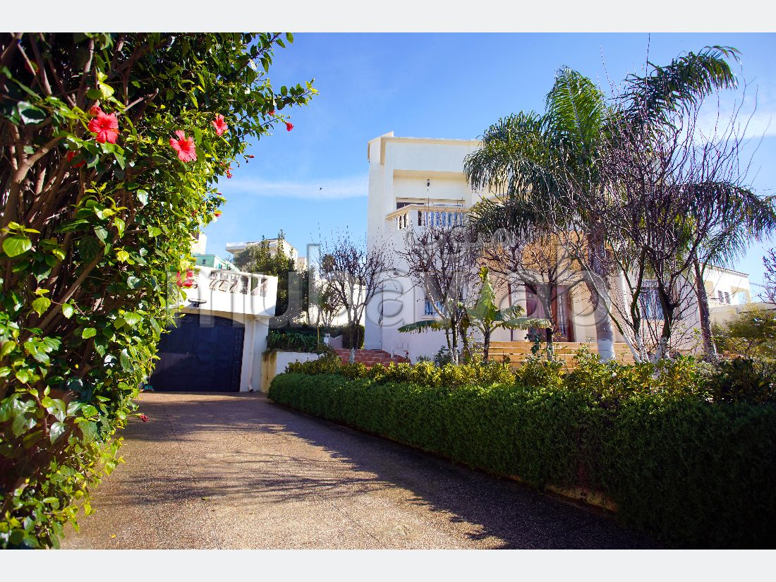 Eccezionale villa in vendita a Malabata. 5 locali. Ambiente tranquillo con vista sul mare e doppi vetri.