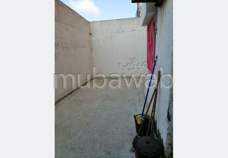 شقة للشراء بسيدي مومن. 2 غرف جميلة. باب متين ، صالون مغربي