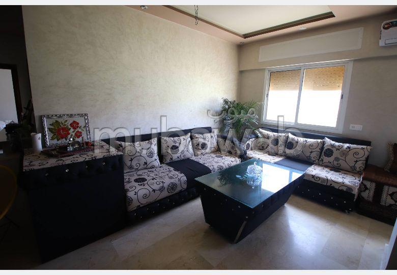 شقة للشراء بطنجة. 4 قطع مريحة. صالون مغربي تقليدي ، إقامة آمنة.