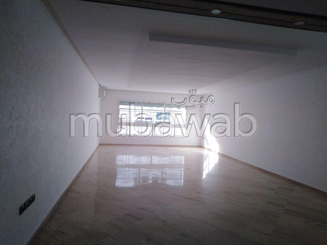 شقة رائعة للبيع بالمثلث الذهبي. المساحة 138 م². تتوفر الإقامة على خدمة الكونسياج ونظام تكييف الهواء.