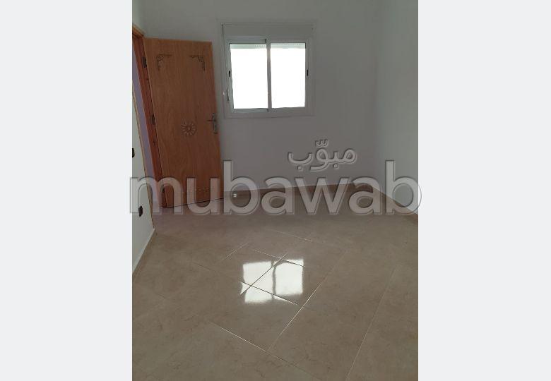 شراء منزل مميز بالقنيطرة. المساحة 100 م². صالة مغربية تقليدية وباب متين.