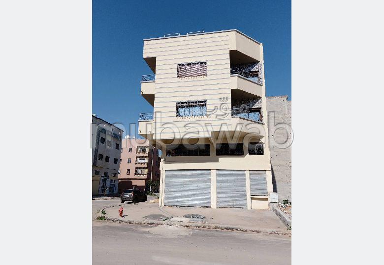 Maison à la vente à Casablanca. 4 pièces. Porte blindée, salon marocain traditionnel