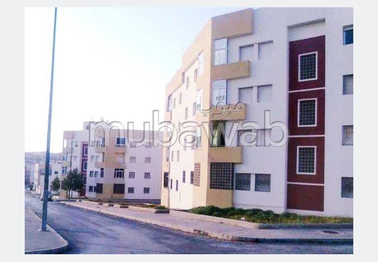 شقة للبيع بوسط المدينة. المساحة 68 م². صالة مغربية وصحن فضائي