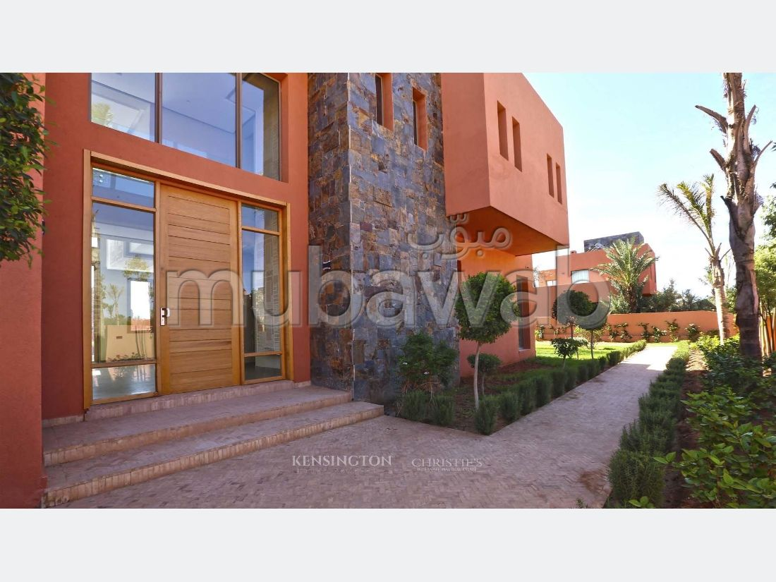 Se vende villa de lujo. 4 Dormitorio. Cuenta con una piscina y una chimenea.