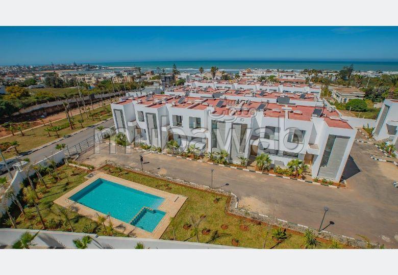 Bel appartement à vendre à Harhoura. 2 chambres. Air conditionné et cheminée