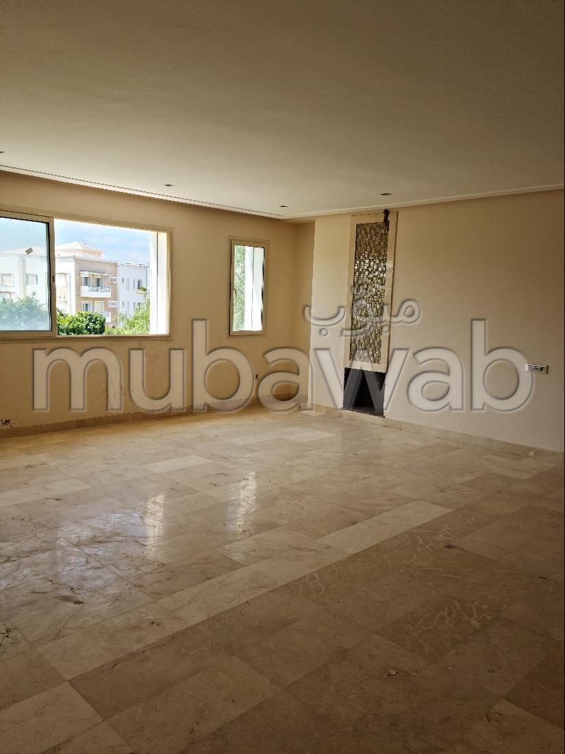 شقة رائعة للبيع ببوسكورة. 4 غرف. موقف للسيارات وحديقة.