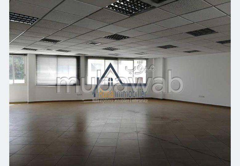 Oficinas en alquiler en Hassan - Centre Ville. Gran superficie 110 m². Espacios verdes, sin ascensor.