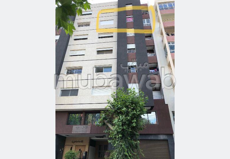 شقة جميلة للبيع بالقنيطرة. المساحة الكلية 100 م². مكان وقوف السيارات وشرفة.