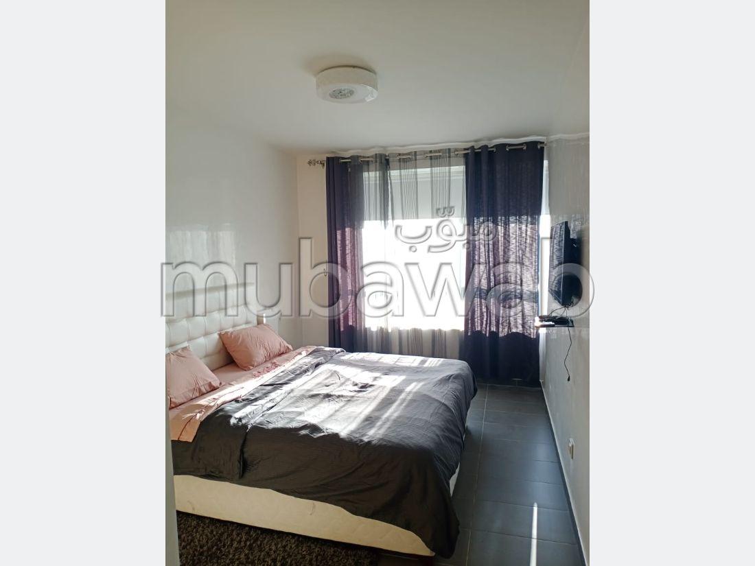 شقة للبيع بطنجة. المساحة الإجمالية 110 م². نوافذ زجاجية مزدوجة ومدفئة مركزية.