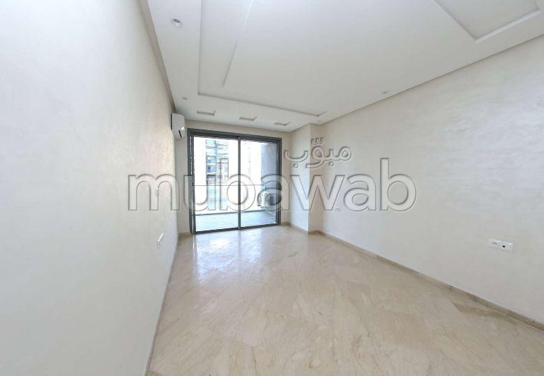 شقة للشراء ببلفدير. 5 قطع كبيرة. مع مصعد وشرفة.