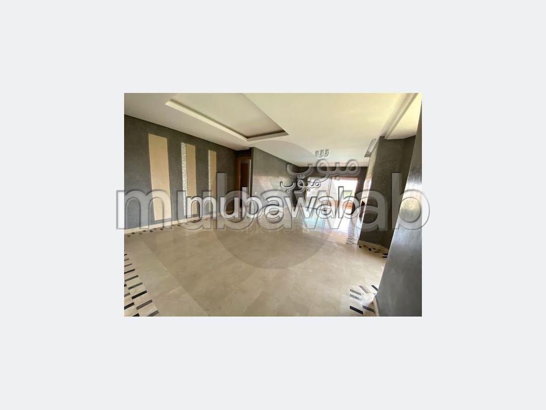 شقة رائعة للإيجار بأكدال. 3 قطع كبيرة. موقف سيارات ومصعد.