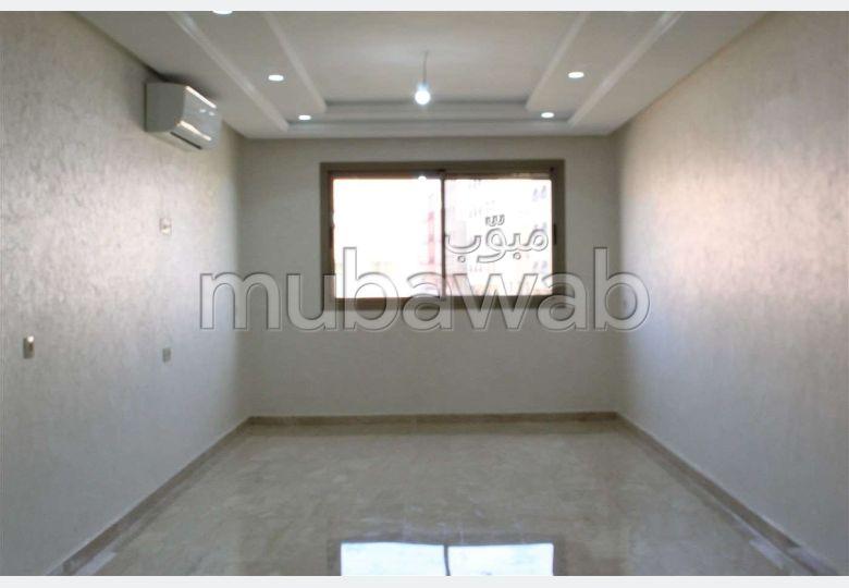 شقة جميلة للبيع بحي كاليفورنيا. المساحة الكلية 127.0 م². نوافذ زجاجية مزدوجة.