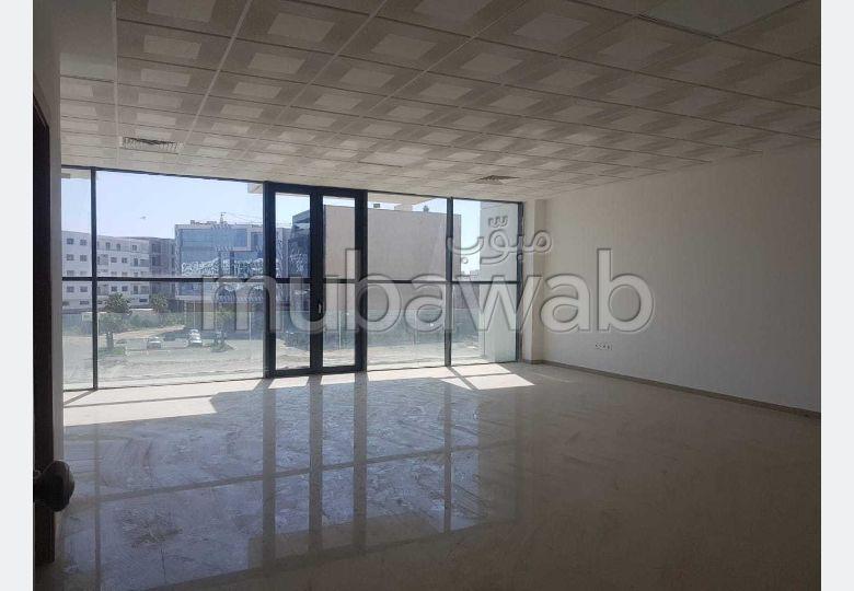 Beaux bureaux à louer à Founti. Superficie 72 m². Résidence avec concierge