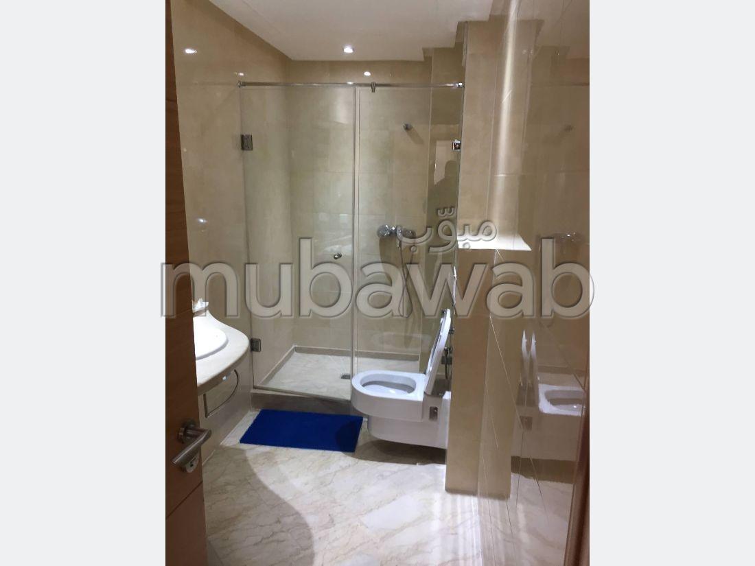 شقة جميلة للكراء ب فونتي. المساحة الإجمالية 220 م². صالون مغربي تقليدي ، إقامة آمنة.