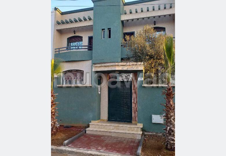 منزل فخم للبيع بالقنيطرة. 5 غرف ممتازة. صالة مغربية تقليدية وباب متين.