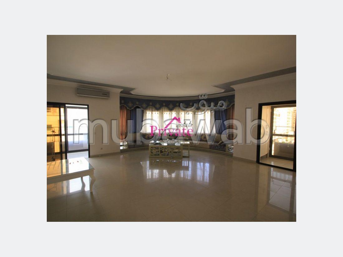 شقة جميلة للكراء بطنجة. 3 غرف. موقف سيارات ومصعد.