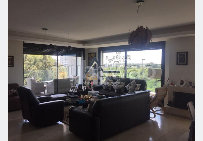 Piso en alquiler. Área total 300 m². Bien decorado.