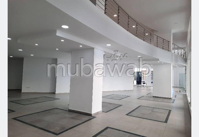 Oficinas y locales comerciales en alquiler en Centre. Superficie de 138 m². Entorno tranquilo con vista al mar y doble acristalamiento.