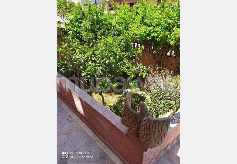 فيلا فخمة للبيع بالقنيطرة. 5 غرف ممتازة. شرفة وحديقة.