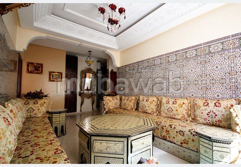 Piso en venta. Superficie de 129.0 m². Sistema parabólico y salón de estilo marroquí.