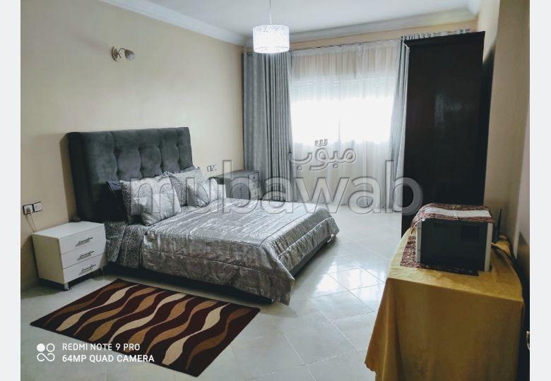 Bonito piso en venta. 3 Pequeña habitación. Plazas de parking y terraza.