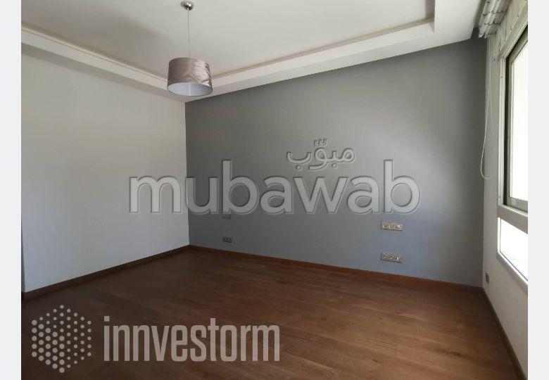 Encuentra un piso en alquiler en Souissi. 3 habitaciones confortables. Plazas de parking y terraza.