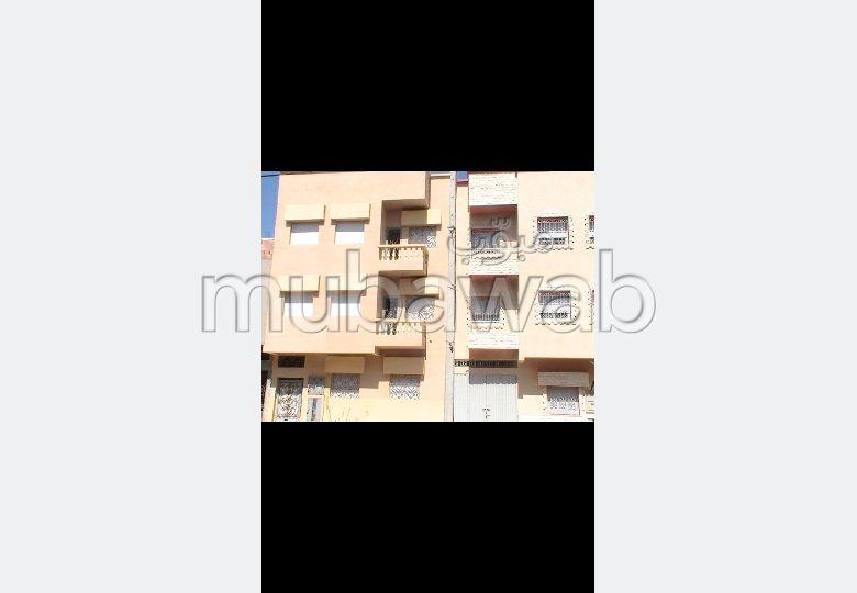 Très belle maison en vente à Al Aalia. 8 chambres. Places de stationnement et jardin