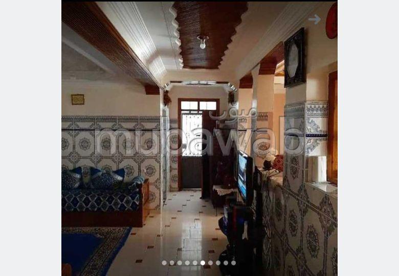 Bel appartement à vendre à Tafoukt. 4 chambres agréables. Vue sur les montagnes, chauffage central.
