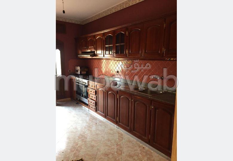 Vend appartement à Tanger. 5 chambres agréables. Service de concierge et climatisation.