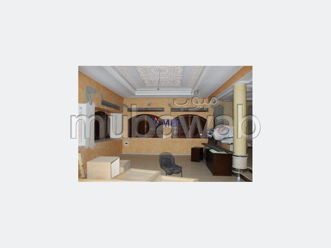 عقارات تجارية للبيع بطنجة. 5 غرف رائعة. موقف السيارات وشرفة.