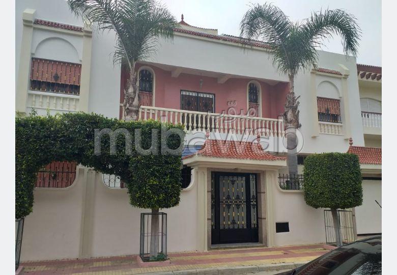 منزل فخم للبيع بطنجة. 4 غرف جميلة. مكان وقوف السيارات وشرفة.