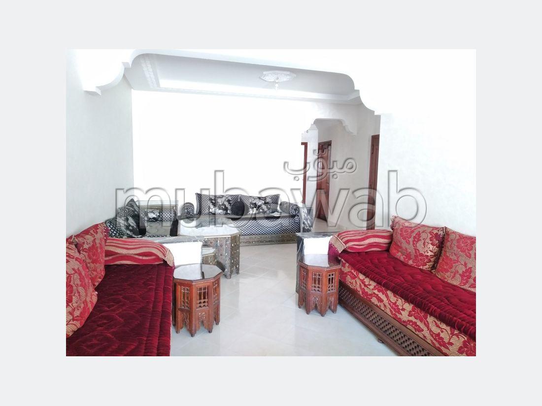 Se vende piso en La Ville Haute. 4 habitaciones. Con ascensor y terraza.