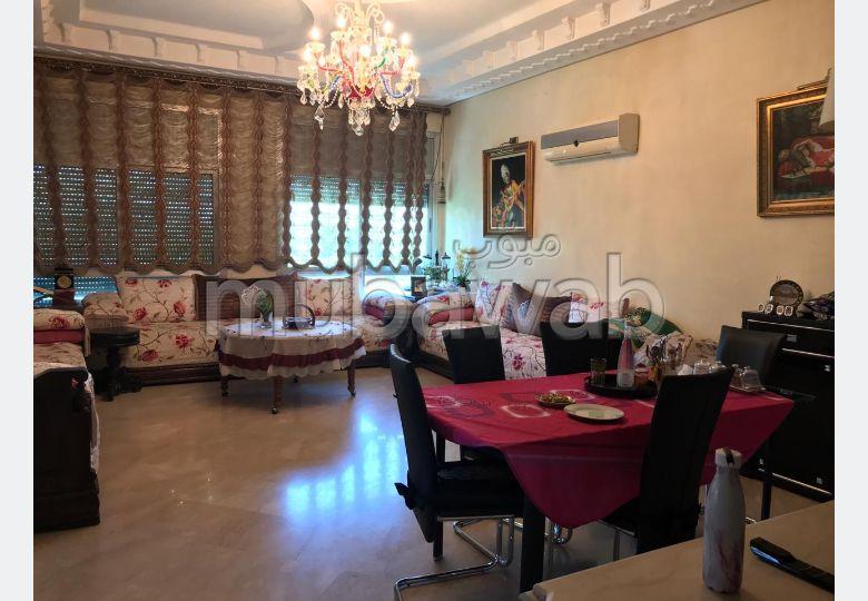 Bonito piso en venta. 6 Dormitorios. Sistema parabólico y salón de estilo marroquí.