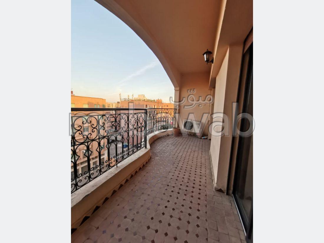 شقة رائعة للايجار بكليز. 2 غرف ممتازة. صالة مغربية تقليدية وباب متين.