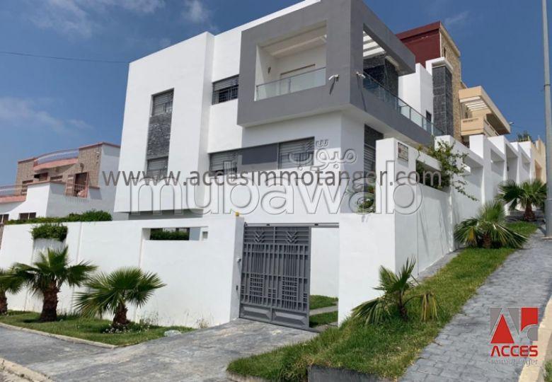 Villa de alto standing en venta. 4 Dormitorio. Jardín y garaje.