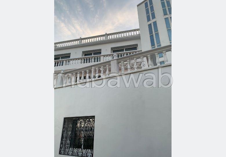 Villa de alto standing en venta. Area 200 m². Plazas de parking y terraza.