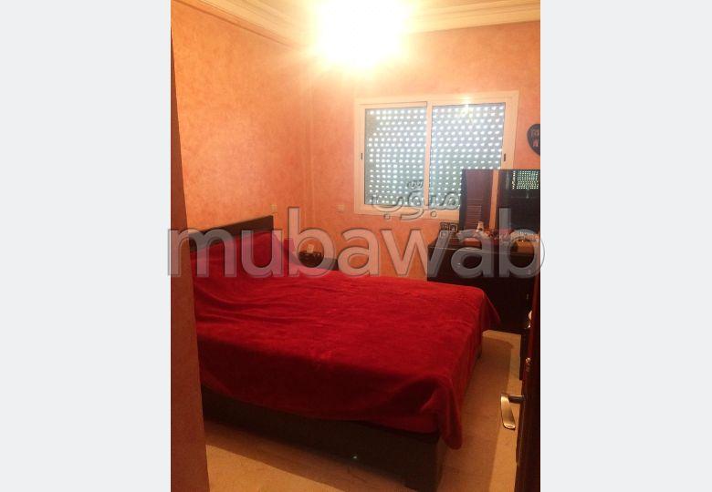 بيع شقة بالدارالبيضاء. 2 غرف جميلة. صالة مغربية وصحن فضائي.