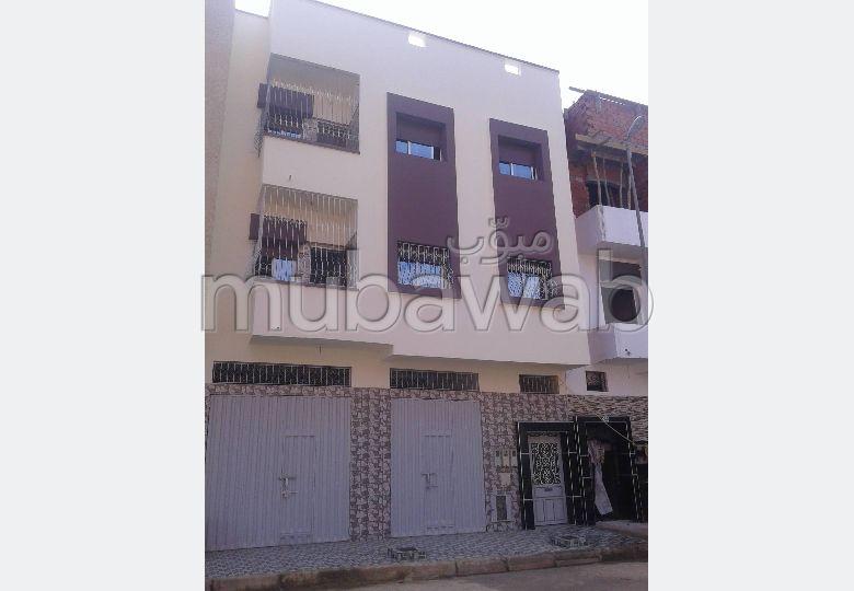 شقة للبيع بالقنيطرة. 2 غرف ممتازة. باب متين ، صالون مغربي.