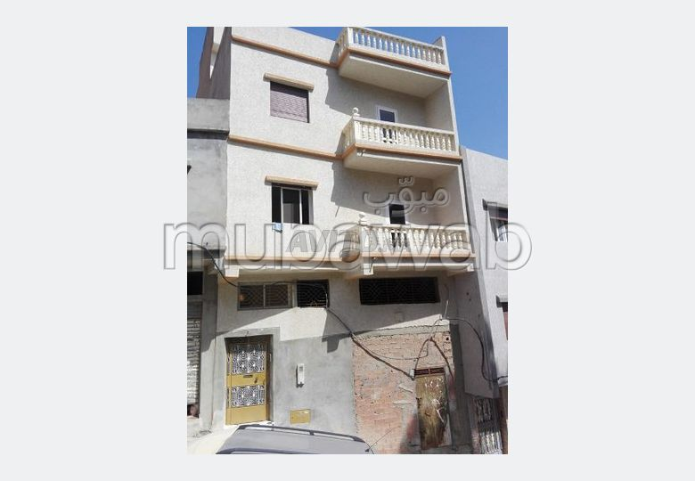 Home to buy. Area 922 m². Parking spaces and terrace.