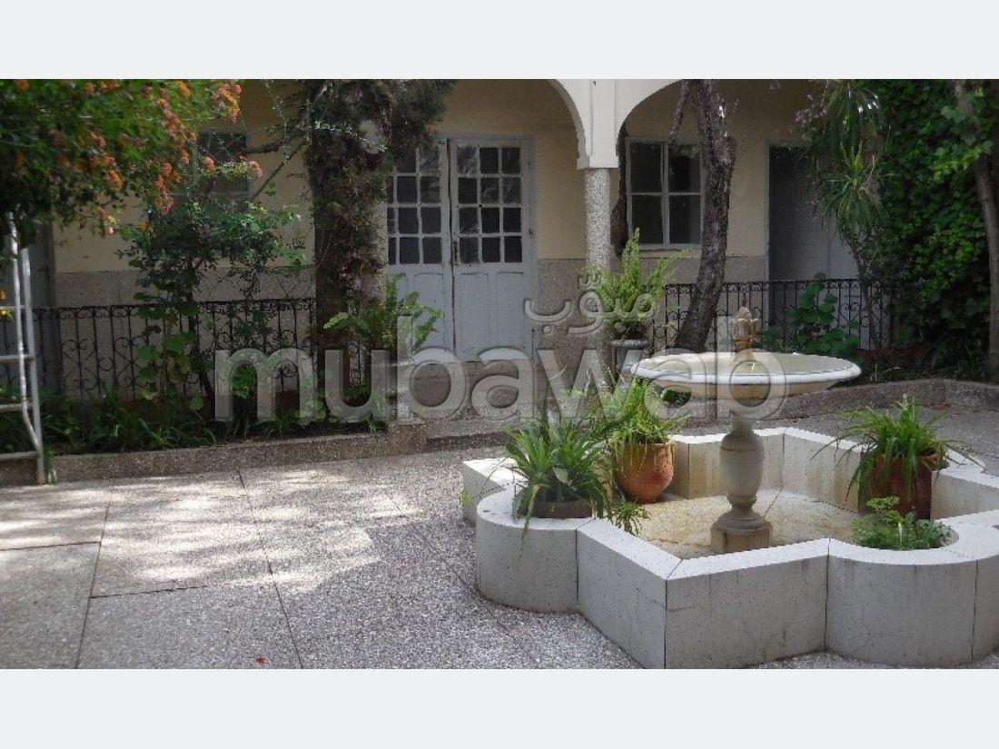 منزل ممتاز للبيع بطنجة. المساحة الإجمالية 272 م². شرفة وحديقة.