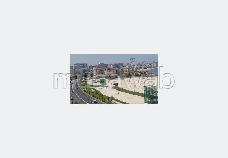 Oficinas y locales comerciales en alquiler. Area 250 m². Plazas de parking y bonito jardín.