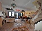 فيلا جميلة للبيع بمراكش. 3 غرف رائعة. صالون مغربي، و خدمة الأمن والحراسة.
