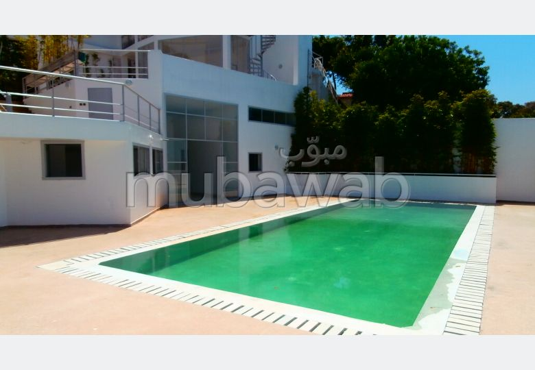 Luxury villa for sale. 7 Large room. All comforts with swimming pool and fireplace.