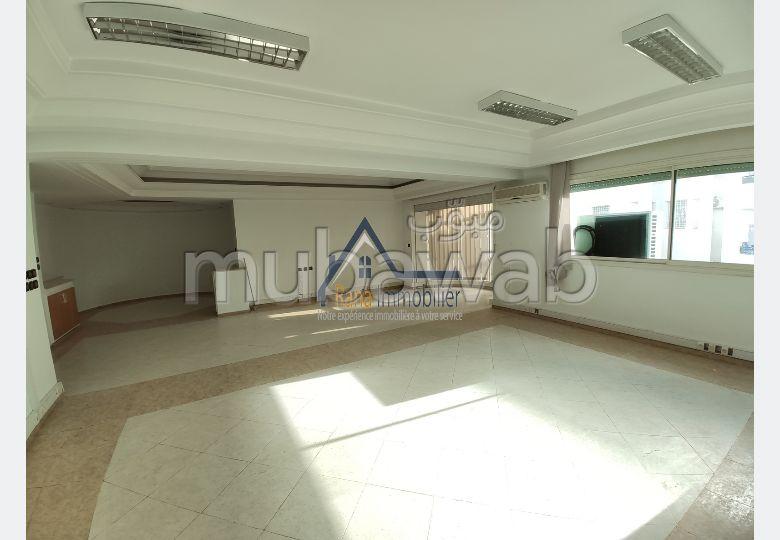 Oficinas en alquiler. Superficie de 300.0 m². Servicio de conserjería y aire condicionado.