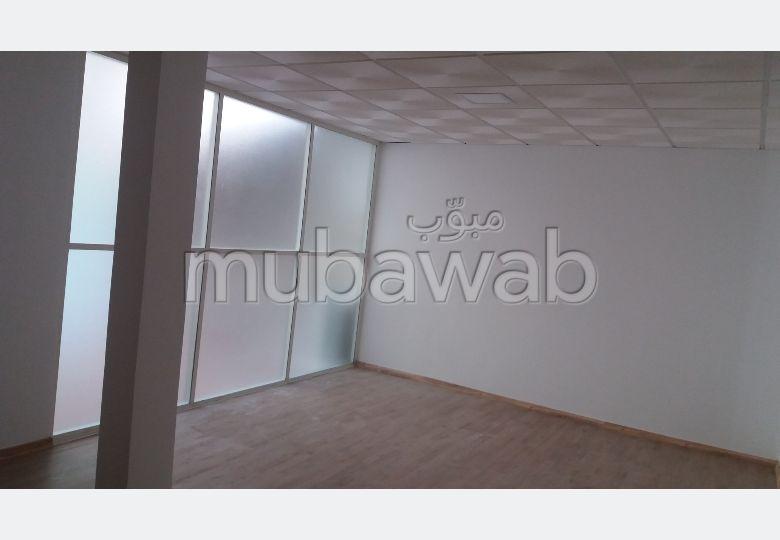 Oficinas en alquiler. Pequeña superficie 242.0 m². Plazas de parking y jardín.