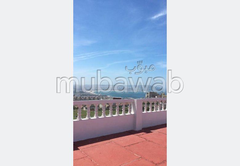 Esplendida villa en venta en Malabata. 5 Hermosas habitaciones. Jardín privado, trastero.
